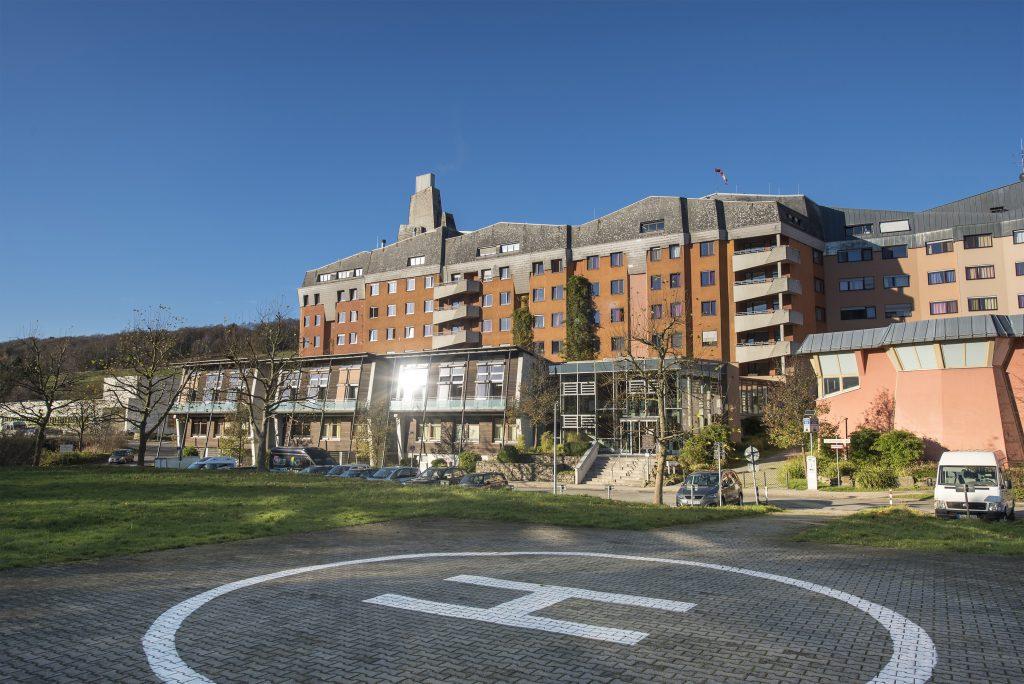 großer Helikopterlandeplatz vor Krankenhausgebäude