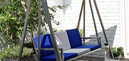 Hollywoodschaukel aus Edelstahl auf einer sonnigen Terrasse