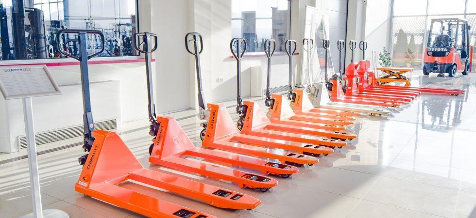 orange Hubwagen stehen in Reihe