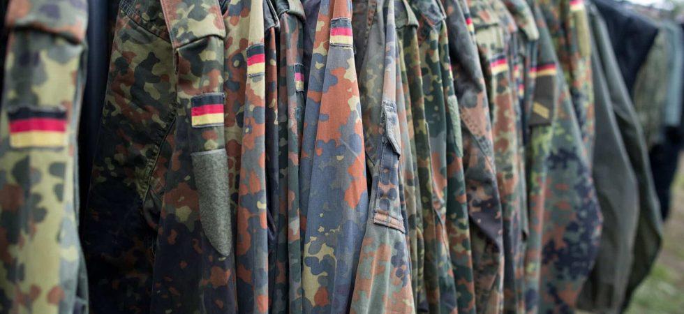 Bundeswehrjacken hängen auf einer Stange